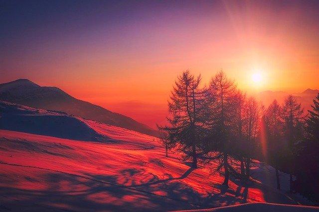 wakacje w górach - wschód słońca we Włoszech